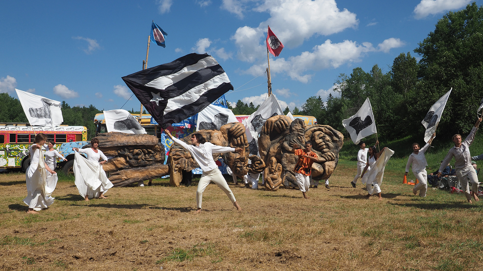 [Bread and Puppet TheaterDiagonal Life Circus] Photo Courtesy of Artist