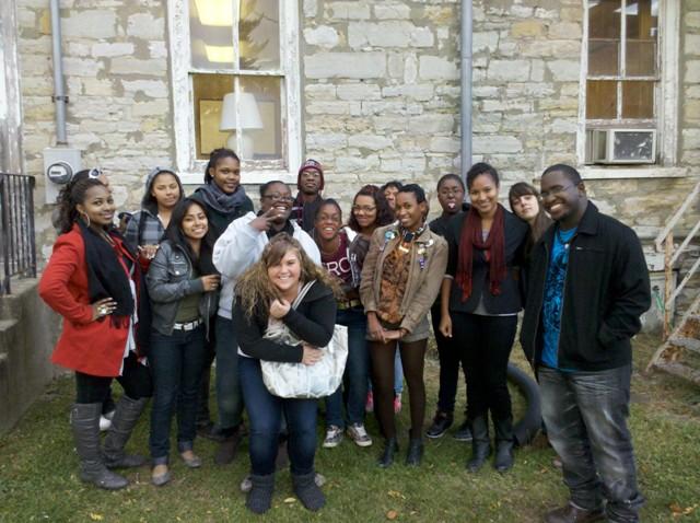 Grupo de estudiantes de Hudson y voluntarios tutores de Bard College afuera de la Biblioteca de la ciudad de Hudson.