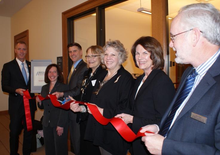 De izquierda a derecha: Congresista Sean Patrick Maloney, Susan Spear (de la oficina de la Senadora Kirsten Gilibrand), senador estatal Terry Gipson, Lea Bishop, asambleista estatal Didi Barrett, Anne Janiak y Norton de WEDC.