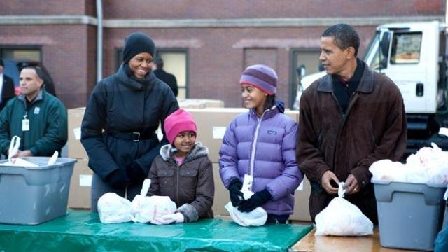 La familia Obama haciendo servicio comunitario
