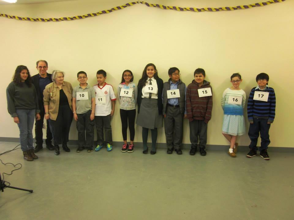 El jurado del Primer concurso de deletreo en español de Poughkeepsie junto a ocho de los niños participantes.