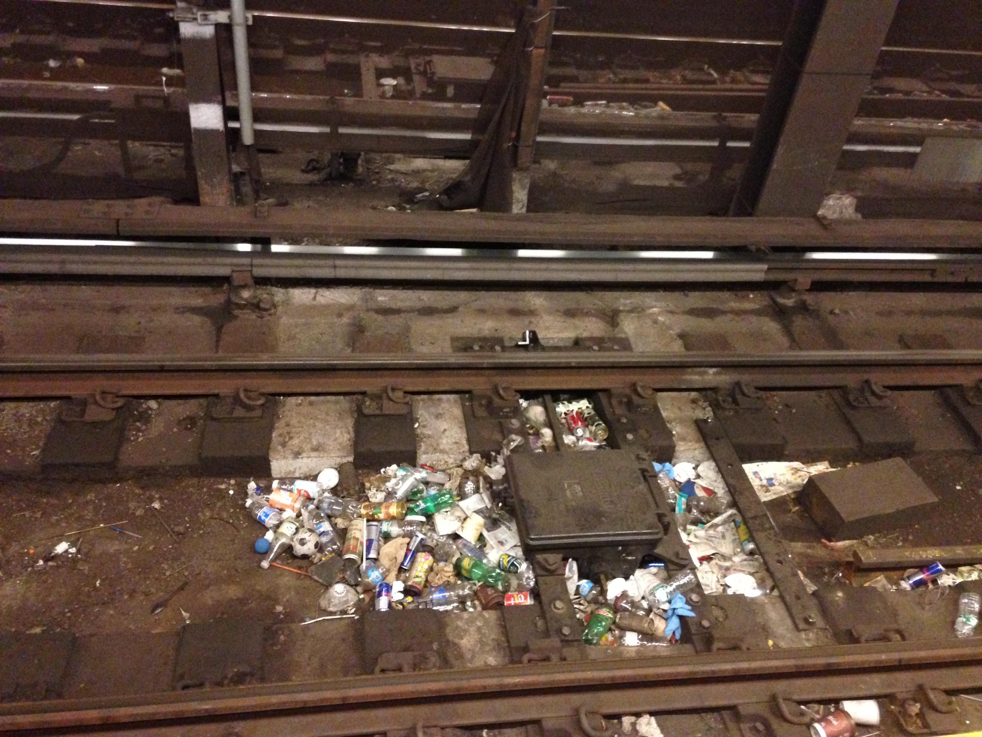 Basura en las vías de un tren de la ciudad de Nueva York, foto de Chloe Cecil
