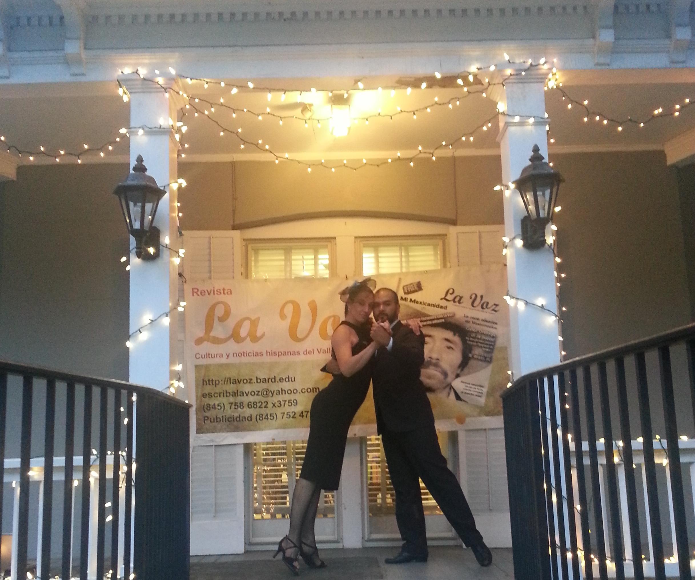 Maia Martínez y David Salvatierra bailan en evento de La Voz en la biblioteca de Red Hook. Foto de Mariel Fiori