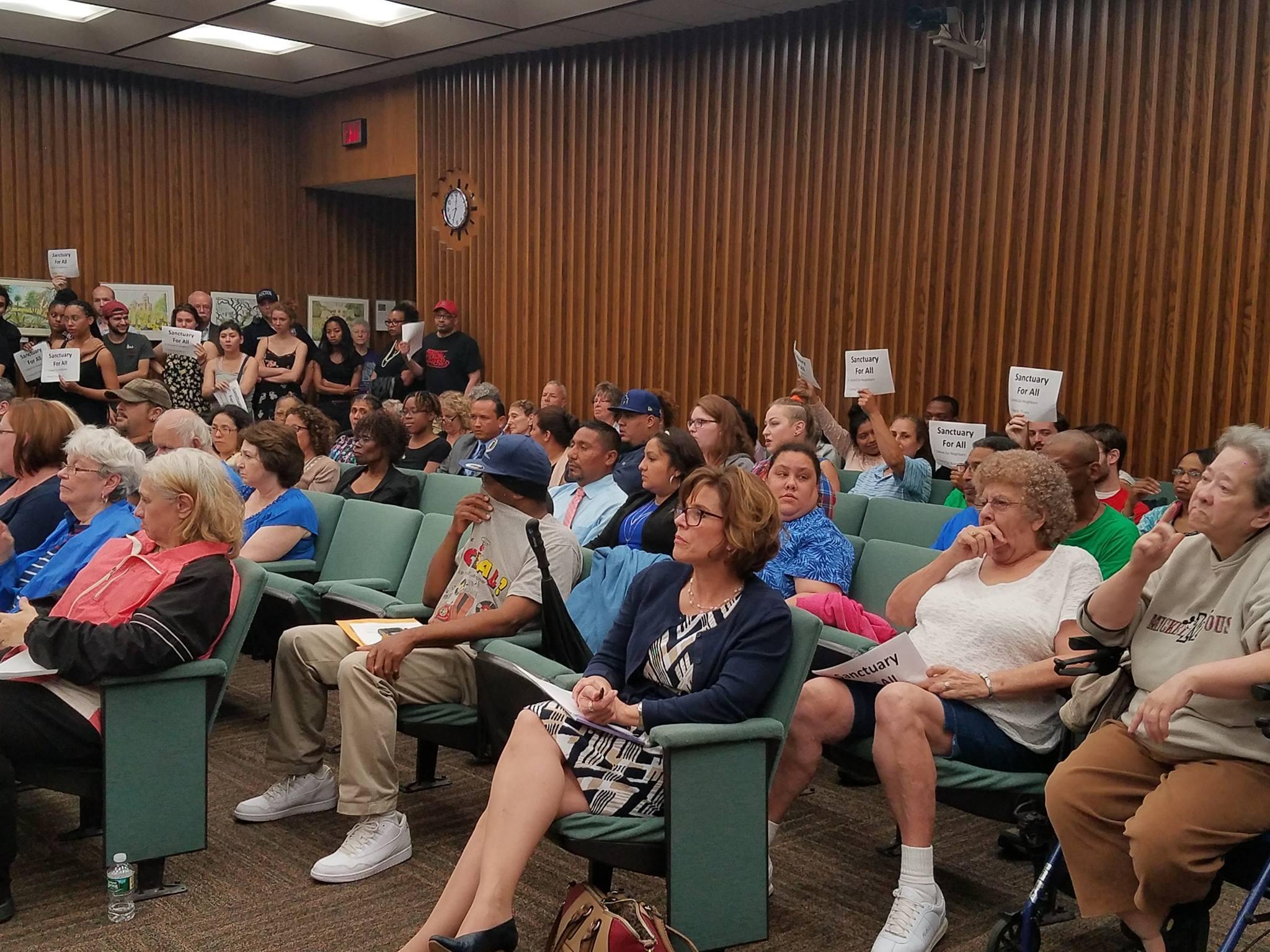 19 de junio en la concejalía de Poughkeepsie, mucha gente reunida a favor de la declaración de Ciudad Segura. Foto cortesía de Felipe Santos, R-volución Radio