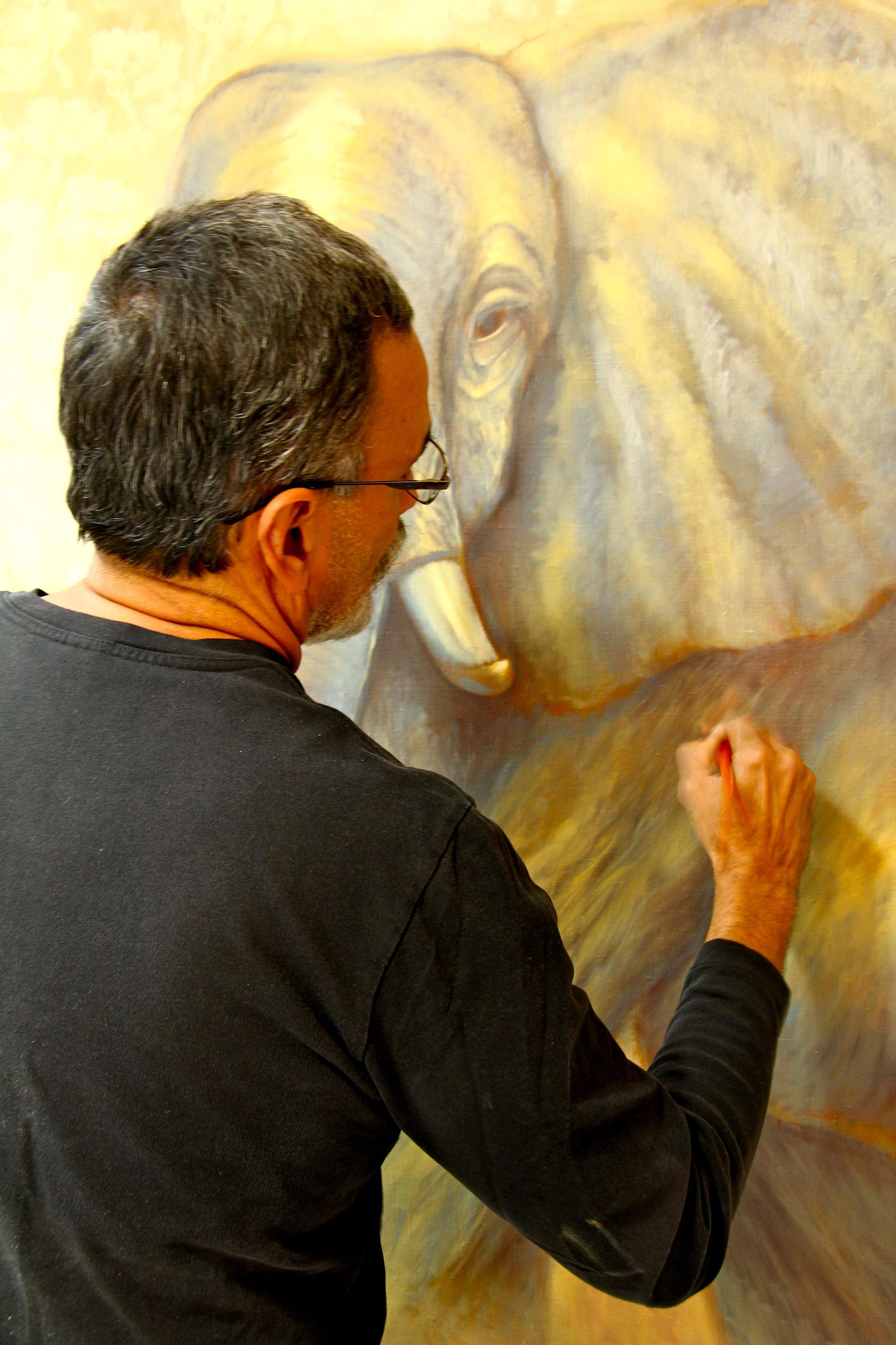 Pablo Shine con su obra, fotos de Amy Fenton Shine