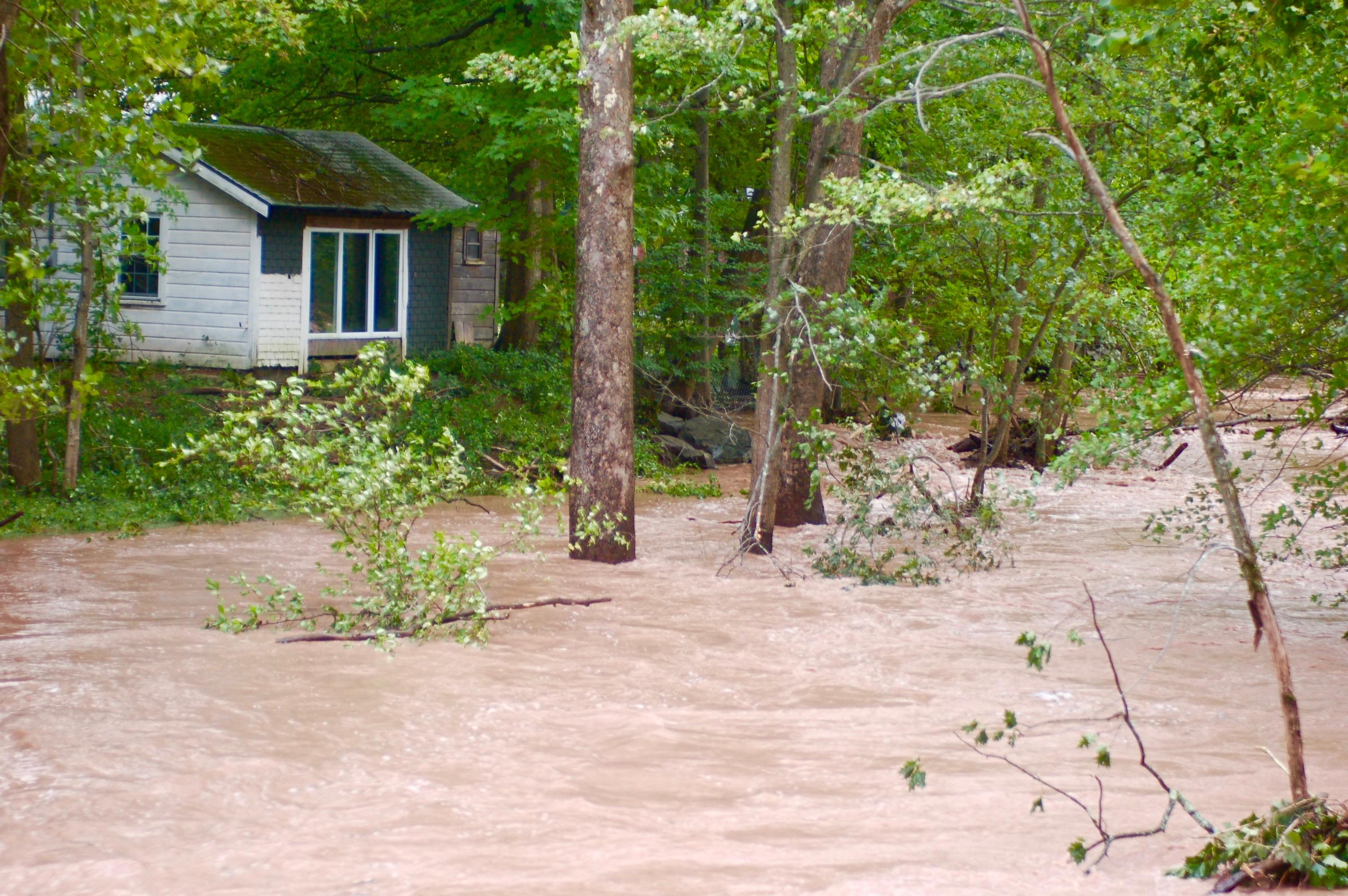 INUNDACIONES. Inundaciones y destrucci&oacute;n fue lo que dej&oacute; a su paso el Hurac&aacute;n Sandy que en el a&ntilde;o 2012 azot&oacute; el Valle del Hudson, dejando p&eacute;rdidas de aproximadamente $75 mil millones, siendo sobrepasado solamente por el Hurac&aacute;n Katrina. A su paso por el Caribe y el Noreste estadounidense, el fen&oacute;meno, que muchos creen es resultado de los cambios climatol&oacute;gicos, dej&oacute; m&aacute;s de 200 muertos.<br />&nbsp;