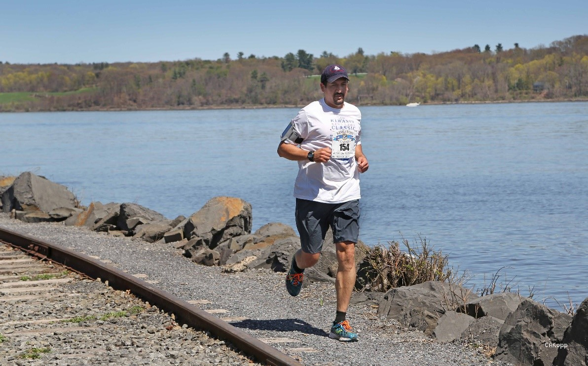 Hugo corriendo por el Kingston Point Beach en la Kiwanis Kingston Classic 10k, &iexcl;evidencia de que s&iacute; corro!<br />&nbsp;