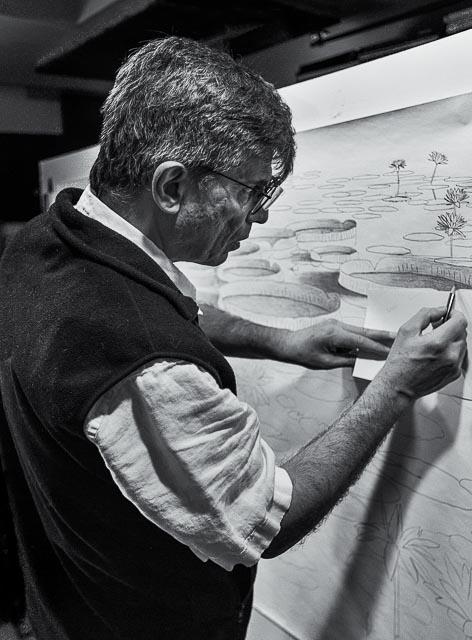 Roberto Azank en su estudio por el fotógrafo Herb Fixler
