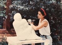 Alexandra de joven en Italia trabajando la piedra