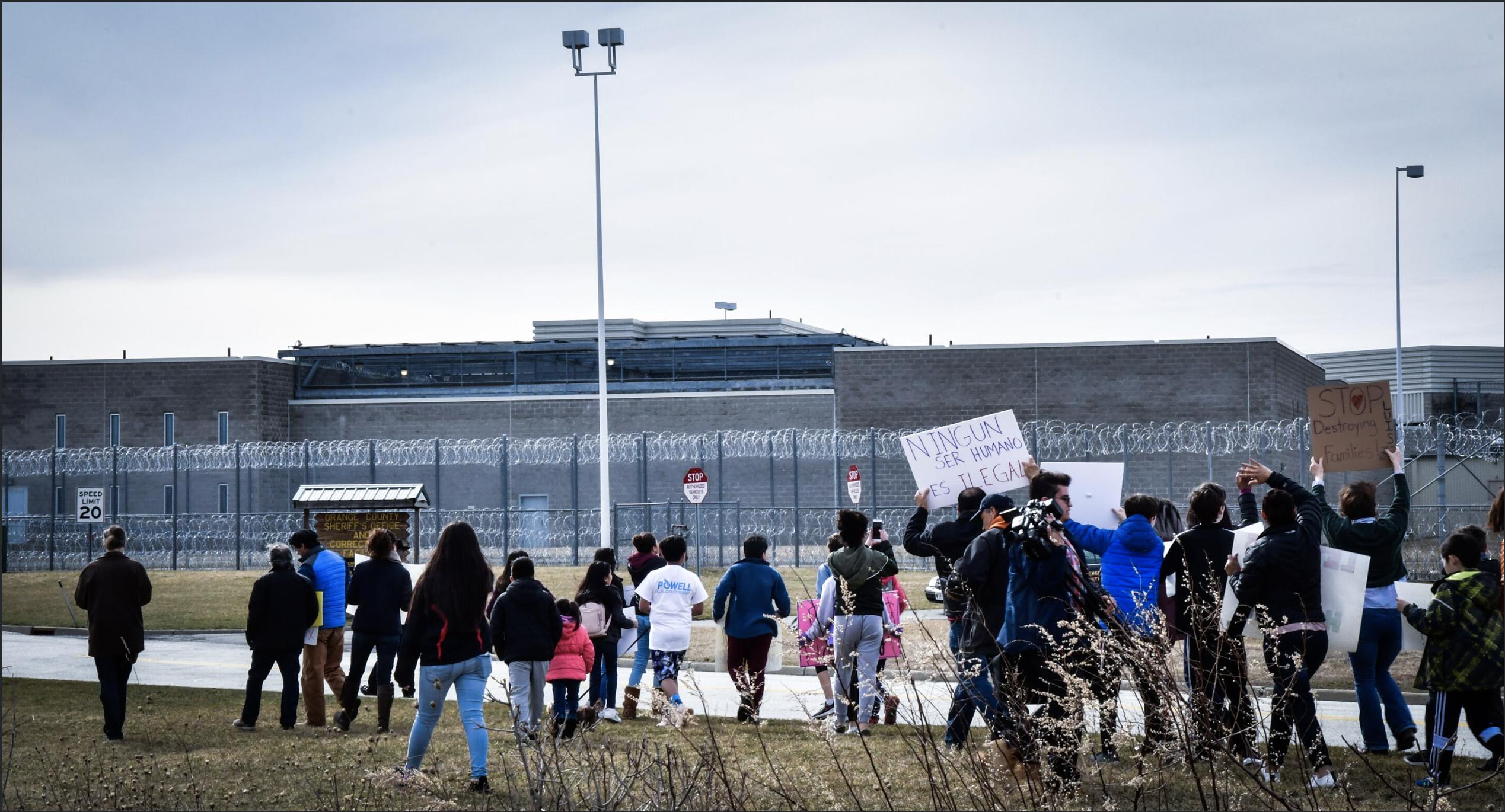 Manifestación frente al Centro de Detención de Goshen, pidiendo por Luis. Foto de Michael Frank