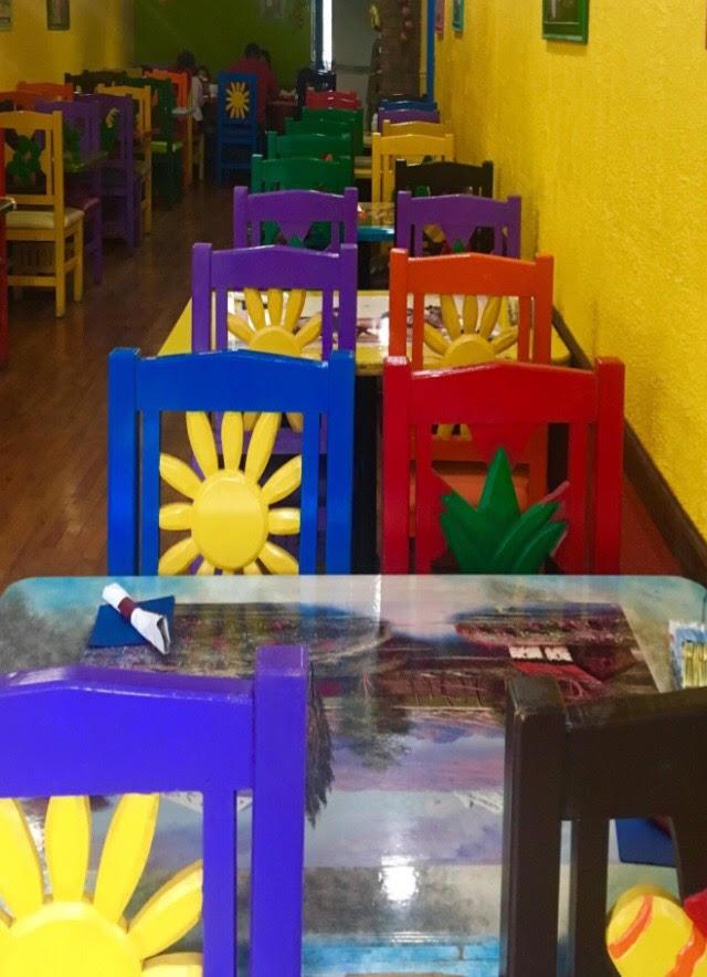 Las decoraciones brillantes del restaurante Cancun's, foto de Giselle Ávila