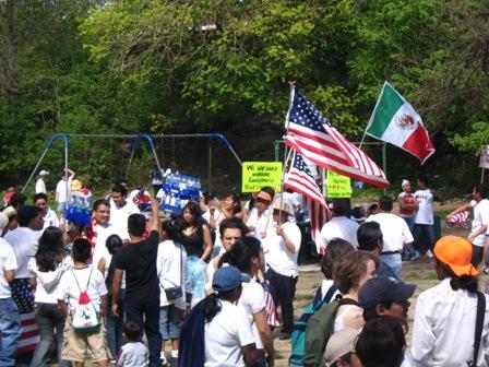 Alrededor de 3000 personas, entre inmigrantes y estudiantes de universidades locales, se manifestaron el 1 de mayo en la ciudad de Poughkeepsie para pedir por leyes de inmigración más justas.